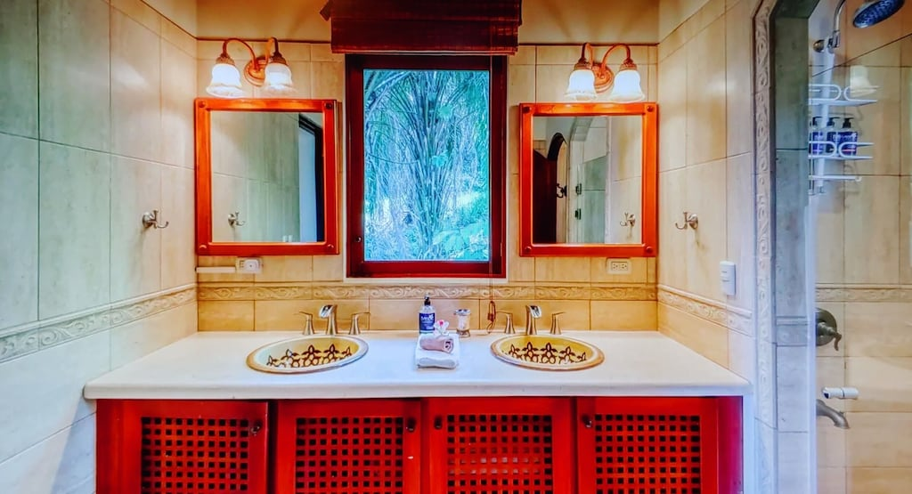lu-dawson-property-management-costa-rica-casa-rose-home-for-rent-bathroom-master-suite