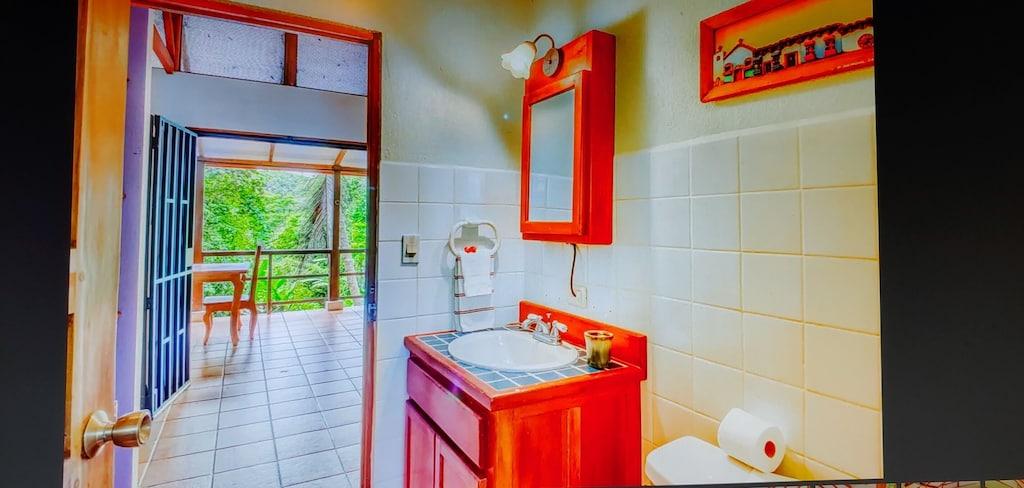 lu-dawson-property-management-costa-rica-casa-rose-home-for-rent-dominical-apartment-bathroom